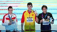 Čínský plavec Sun Jang (uprostřed) se zlatou medialí při ceremoniálu na MS po závodu na 200m volný způsob.