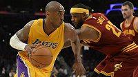 Basketbalista Los Angeles Lakers Kobe Bryant (vlevo) uniká s míčem LeBronu Jamesovi z Clevelandu.