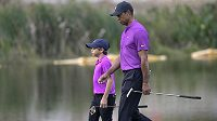 Tiger Woods, vpravo, a jeho syn Charlie.