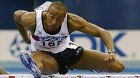 Colin Jackson nad překážkami v dobách své oslnivé atletické kariéry.