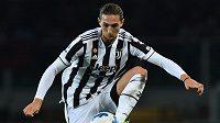 Francouzský fotbalista Juventusu Adrien Rabiot v akci