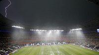 Stadión v Doněcku zasypal hustý déšť s bouřkou