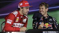 Na tomto snímku se Sebastian Vettel (vpravo) na Fernanda Alonsa usmívá. Vydrží mu to až do konce šampionátu...?