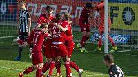 Hráči Olomouce se radují z vyrovnávacího gólu proti Českým Budějovicím.