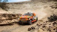 Martin Prokop se probíjí řečištěm při Rallye Dakar.