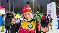 Gabriela Soukalová ukazuje stříbrnou medaili ze stíhacího závodu v německém Ruhpoldingu.