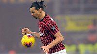 Zlatan Ibrahimovic v dresu AC v milánském derby s Interem.