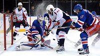Brankář New Yorku Rangers Henrik Lundqvist (30) vyráží střelu útočníka Capitals Joela Warda (42).