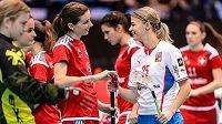 Eliška Vrátná (vpravo) se při svém zřejmě posledním reprezentačním zápase zdraví se Švýcarkou Priskou von Rickenbachovou.