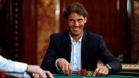 Dražba trička, k němž tenista Rafael Nadal vyhrál vloni rekordní dvanáctý titul na Roland Garros, vynesla 20.500 eur (asi 554 000 korun).