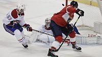Útočník Floridy Aleksander Barkov s hokejkou mezi nohama překonává gólmana Montrealu Careyho Price.