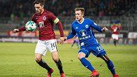 Václav Kadlec ze Sparty Praha si zpracovává míč, dotírá na něj Šimon Falta ze Sigmy Olomouc během utkání 15.kola fotbalové HET ligy.