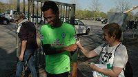 Obránce Werderu Brémy Theodor Gebre Selassie po tréninku s fanoušky.