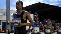 Jihoafrická běžkyně Caster Semenyaová v čele závodu na 2000 metrů ve francouzském Montreuil.