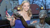 Plavkyně Simona Baumrtová s oceněním pro nejlepšího sportovce Českého svazu plaveckých sportů roku 2013.