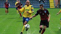 Zkušený zlínský fotbalista Tomáš Polách (ve žlutém).
