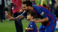 Lionel Messi se synkem Thiagem.