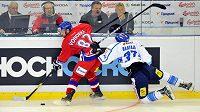 Český útočník Michal Vondrka a finský forvard Juha-Pekka Haataja v utkání Českých hokejových her.