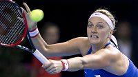 Petra Kvitová vrací míč při utkání s Caroline Garciaovou.