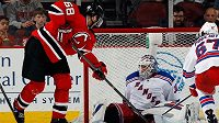 Jaromír Jágr v dresu New Jersey se snaží překonat brankáře New York Rangers Henrika Lundqvista.