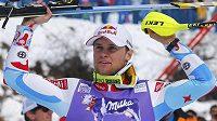 Alexis Pinturault oslavuje vítězství ve slalomu SP ve švýcarském Wengenu.