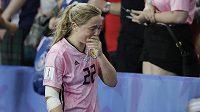 Střelkyně třetího gólu Skotek Erin Cuthbertová opouští hřiště po skončení zápasu MS žen mezi Argentinou a Skotskem.