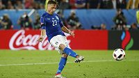 Ital Emanuele Giaccherini kope penaltu ve čtvrtfinále ME proti Německu.