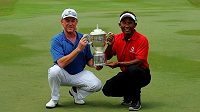 Golfisté Miguel Angel Jimenez (vlevo) a Thongchai Jaidee se podělili o trofej pro vítěze Eurasia Cupu.