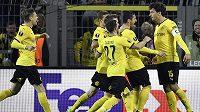 Stoper Dortmundu Mats Hummels (vpravo) a jeho spoluhráči slaví vyrovnávací gól v úvodním zápase čtvrtfinále Evropské ligy proti Liverpoolu.