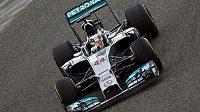 Mercedes Lewise Hamiltona na trati v Šanghaji.
