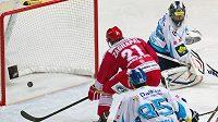 Třinecký útočník Marek Zagrapan střílí svůj první gól proti Vítkovicím.