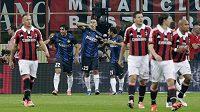 Walter Samuel z Interu (v modrém s číslem 25) se raduje se spoluhráči ze vstřelení gólu na hřišti městského rivala AC Milán.