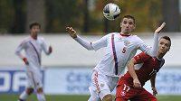 Taras Burlak z Ruska si v utkání fotbalistů do 21 zpracovává míč před Stanislavem Teclem.