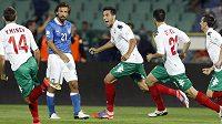 Bulharský fotbalista Stanislav Manolev (uprostřed) slaví branku v kvalifikačním zápase proti Itálie. Druhý zleva je v modrém dresu zklamaný záložník Andrea Pirlo.
