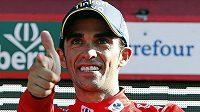 Typické oslavné gesto španělského cyklisty Alberta Contadora, lídra Vuelty.