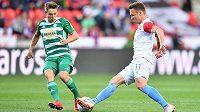 Slávista Stanislav Tecl (vpravo) derby s Bohemians rozehrál, ale kvůli zranění kolena nedohrál.