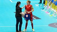 Kapitánka Eliška Krupnová převzala před zápasem cenu za stý duel v českém dresu.