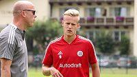 Nicolas Penner se připravuje s fotbalisty Českých Budějovic.