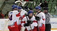 Čeští hokejisté do osmnácti let se radují z branky - ilustrační foto.