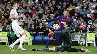Brankář Thibaut Courtois z Realu Madrid kryje šanci Arthura z Barcelony.