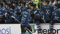 Tomáš Hertl (48) slaví u střídačky hokejistů San Jose první gól do sítě New Yorku Rangers.