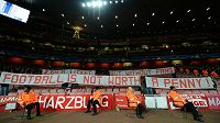 Protest fandů Bayernu proti cenám lístků na utkání na hřišti Arsenalu.