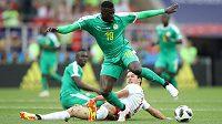 Senegalský reprezentant M'Baye Niang obchází v utkání MS polského soupeře Grzegorze Krychowiaka.