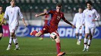 Český záložník Ladislav Takács střílí gól na 2:2 v přátelského utkání s Dány v Praze.