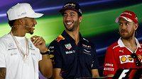 Úsměvy před startem... Zleva Lewis Hamilton, Daniel Ricciardo a Sebastian Vettel.