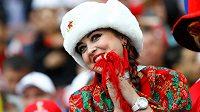Ruské fanynky dorazily na úvodní zápas MS i v tradičních beranicích se sovětskou symbolikou.