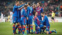 Fotbalisté Viktorie Plzeň oslavují gól Milana Petržely na 1:0 během utkání základní skupiny Evropské ligy s FCSB. Po závěrečném hvizdu mohl tým slavit i postup do jarní fáze Evropské ligy.