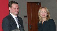 Bývalý rozhodčí Radek Kocián u soudu se svojí právní zástupkyní.