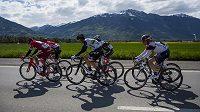 Cyklisté během závodu Kolem Romandie.