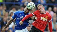 Útočník Manchesteru United Wayne Rooney(vpravo) ve vzdušném souboji s hráčem Leicesteru Wesem Morganem v utkání Premier League.
